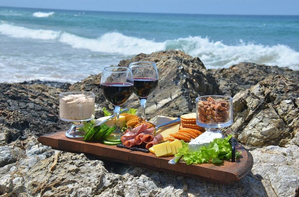 Вино и закуски на море